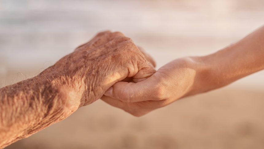 reflexologiereflexologie-maison-de-retraite-le-pied-dans-la-main