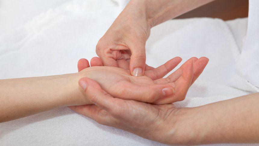 reflexologie palmaire le-pied-dans-la-main